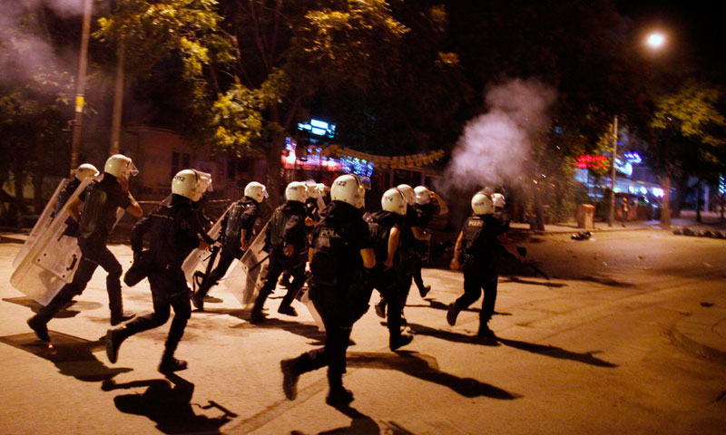 Riot police chase anti-government protesters in central Ankara June 11, 2013. Prime Minister Tayyip Erdogan has agreed to meet on Wednesday with leaders of the movement whose peaceful protests in Istanbul spiralled into a wave of anti-government demonstrations across Turkey.—Photo by Reuters