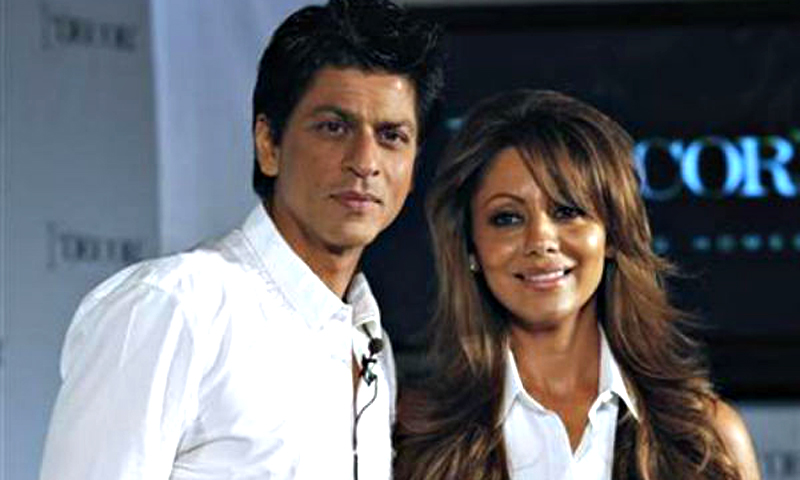Bollywood actor Shah Rukh Khan (L) and his wife Gauri pose for a picture after a news conference in Mumbai August 26, 2010. - Reuters (File)  Photo