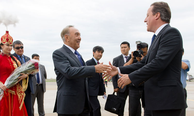 British Prime Minister David Cameron (R) is greeted by Kazakhstan President Nursultan Nazarbayev after landing at Atyrau airport in Atyrau, Kazakhstan on June 30, 2013. — AFP Photo