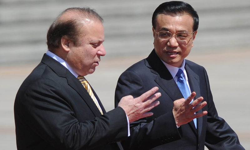 Pakistani Prime Minister Nawaz Sharif (L) talks with Chinese Premier Li Keqiang (R) as they prepare to inspect Chinese honour guards during a welcoming ceremony outside the Great Hall of the People in Beijing on July 5,2013. —AFP Photo