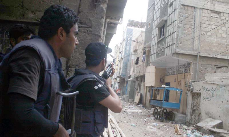 Security officials cordon off Hingora Abad area after the  clash between two armed groups, in Lyari Town on Friday, July 05, 2013. — Photo by PPI