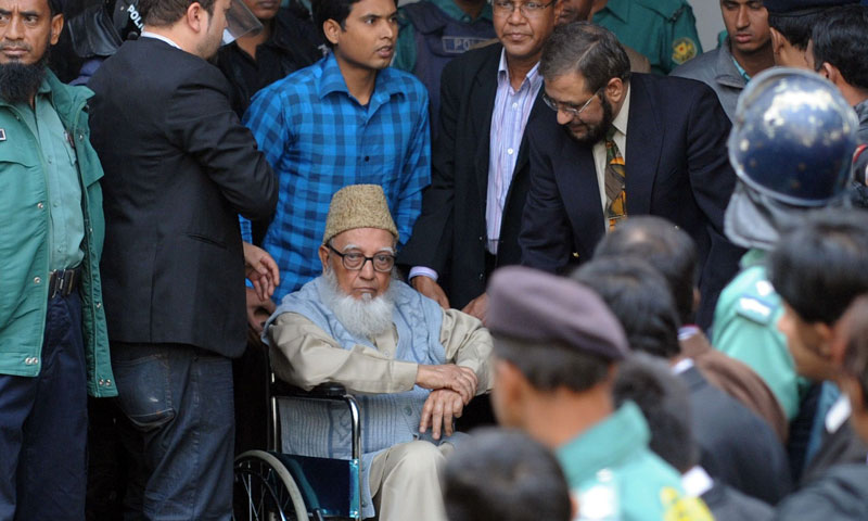 Former head of the Islamist Jamaat-e-Islami party, Ghulam Azam  (C), is escorted by security personnel and lawyers as he emerges from the Bangladesh International Crimes Tribunal in Dhaka.—Photo by AP