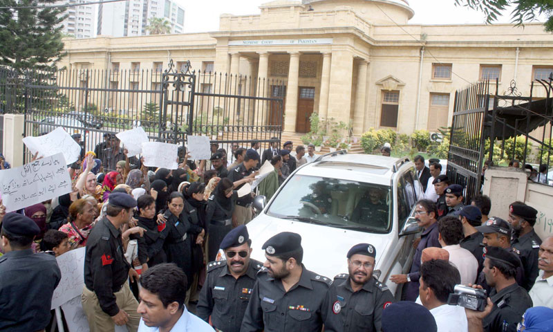 People belonging to Kutchi community and residents of Lyari are protesting against the law and order situation in Lyari, during a demonstration at Supreme Court Registry in Karachi.—Photo by PPI