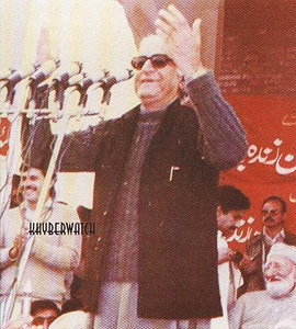 Wali Khan addressing the crowd gathered at the launch of ANP in 1986. Behind him sits his father and veteran Pushtun nationalist, Bacha Khan.