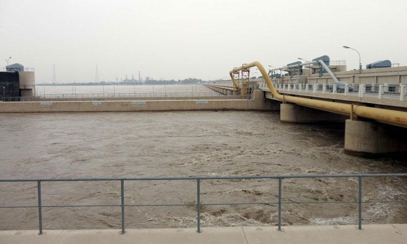 High level flood in River Indus at Guddu Barrage with ranging between 400,000 to 500,000 cubic foot per second (cusecs) is passing through as the flood control center issued the high level flood warning in River Indus, at Ubauro on Friday, August 16, 2013. — Photo by PPI