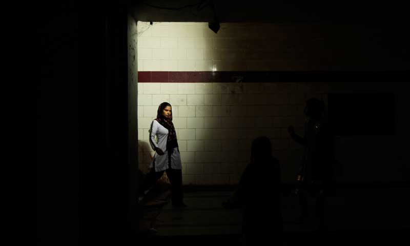 An Indian woman uses a subway to cross a street late evening in New Delhi, August 22, 2013. —Photo by AP