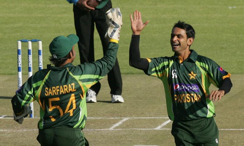 Pakistan's captain Muhammad Hafeez (R) celebrates a wicket with wicket keeper Safraz Ahmed during the second and final Twenty20 international between Zimbabwe and Pakistan at the Harare Sports Club on August 24, 2013. – AFP Photo