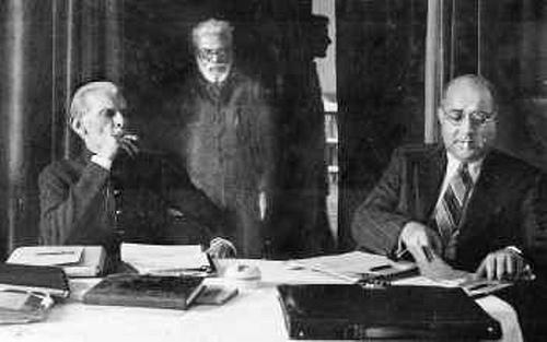 Jinnah (left) and Liaquat Ali Khan (right) share some matters during a smoke break in Karachi (1947).