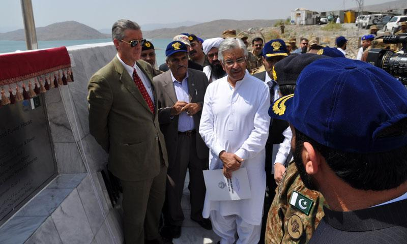 Water and Power Minister Khawaja Asif (C) and US Ambassador Richard Olson (L).