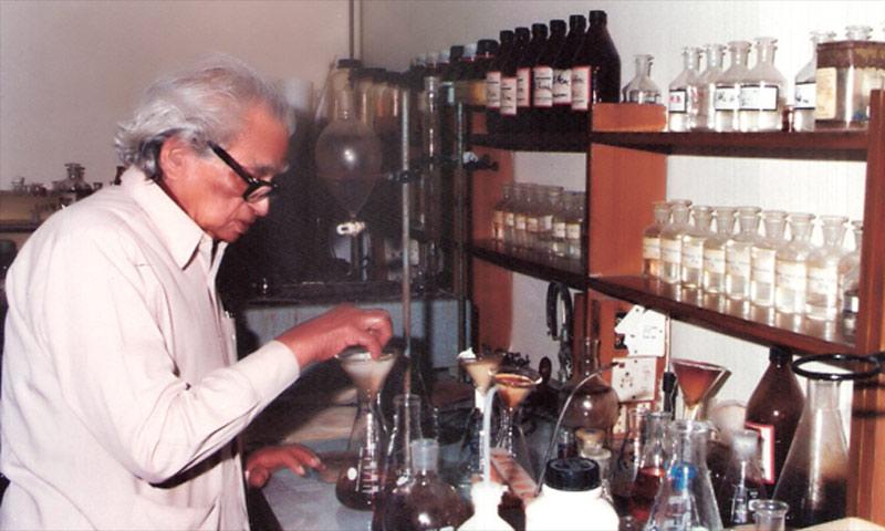 Dr Salimuzzaman Siddiqui working in his laboratory. -Photo courtesy Hamdard Foundation