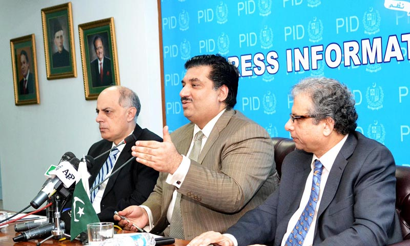 Khurram Dastagir Khan (C) addressing a press conference in Islamabad.— File photo