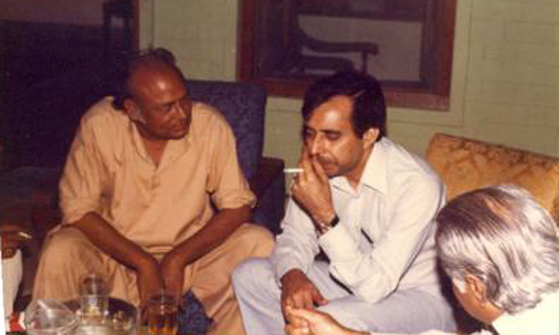 Famous leftist poet Habib Jalib (left) enjoys a drink with a few journalists and intellectuals at a restaurant in Karachi in 1975.