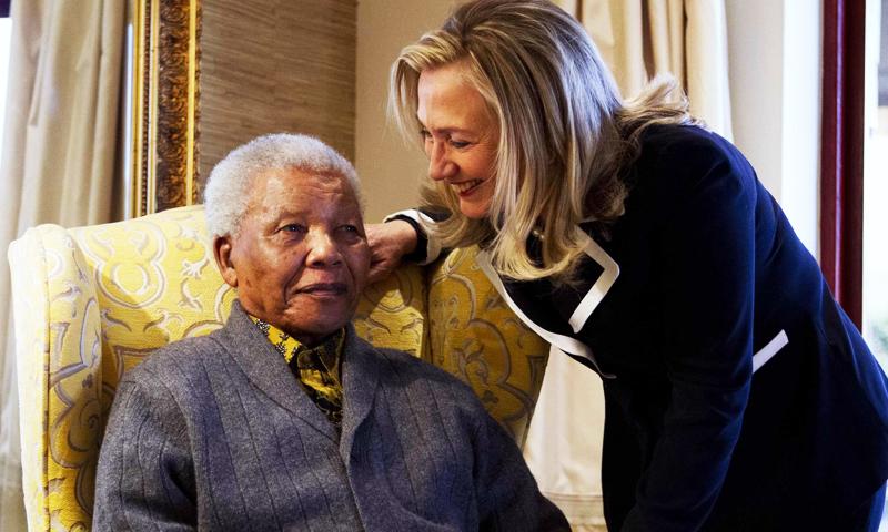 سابق امریکی وزیر خارجہ ہلیری کلنٹن منڈیلا کے ہمراہ۔ —. فائل فوٹو