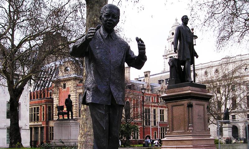ایک زمانہ وہ بھی تھا کہ مارگریٹ تھیچر کی کنزرویٹیو حکومت کے نزدیک منڈیلا اور ان کی سیاسی جماعت افریقن نیشنل کانگریس دہشت گرد تھے۔ پھر وہ وقت بھی آیا جب لندن میں پارلیمنٹ اور ویسٹ منسٹر ایبے کے قریب نیلسن منڈیلا مجسمہ نصب کیا گیا۔ —. فائل فوٹو