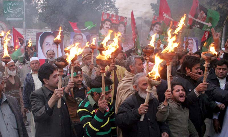 Supporters and activists of PPP chant slogans in Lahore on Friday, December 27, 2013. – PPI Photo