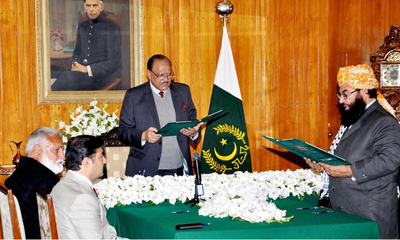 President Mamnoon Hussain administering oath to JUI-F's Senator Maulana Abdul Ghafoor Haideri as Minister OF State (designate) at Aiwan-e-Sadr. — Photo by INP