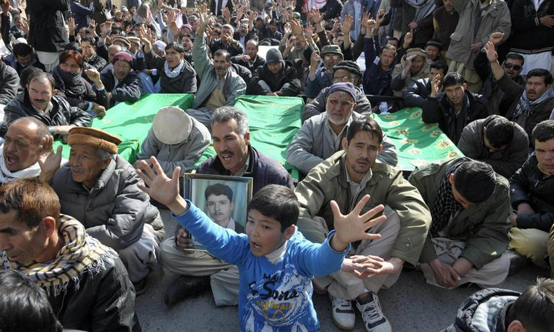 Shia Muslims shout slogans as they gather with coffins, bearing the remains of those killed in an overnight bombing, during a protest in Quetta on January 22, 2014. – AFP Photo