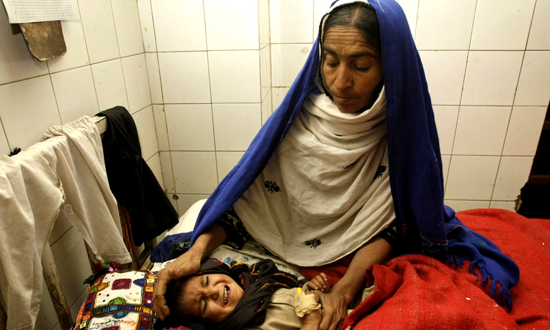 ڈسٹرکٹ ہیلتھ آفیسر ڈاکٹر عبدالجلیل بھرگڑی نے ڈان کو بتایا کہ سول ہسپتال میں چھتیس بچوں کی اموات رپورٹ کی گئی تھیں۔ ان میں سے تینتس کی عمریں پانچ سال سے کم تھیں اور ان کا وزن بہت کم ہوچکا تھا۔ان اموات کا بنیادی سبب خوراک کی شدید کمی تھی۔ —. فائل فوٹو اے پی