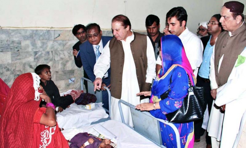 Prime Minister Nawaz Sharif inquiring about the health of patients of drought-hit areas of Tharparker at Civil Hospital. — Photo by APP