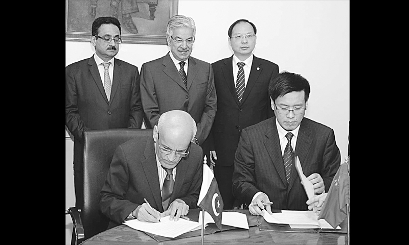 ISLAMABAD: Federal Minister for Water and Power Khawaja Asif witnesses the signing of MoU by President of Chinese company Gezouba, Chen Xiaohua, and MD Private Power and Infrastructure Board N.A. Zuberi on Tuesday.—APP