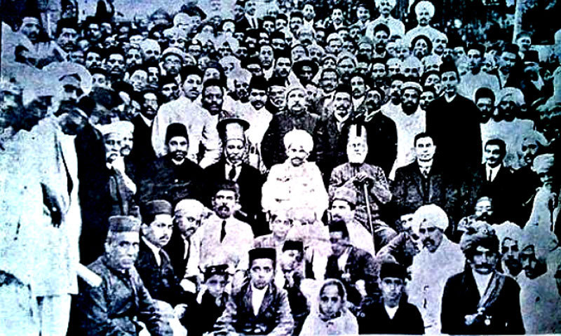 Harchand Rai Vishandas with Mahatma Gandhi. –Photo courtesy of Khadim Hussain Soomro