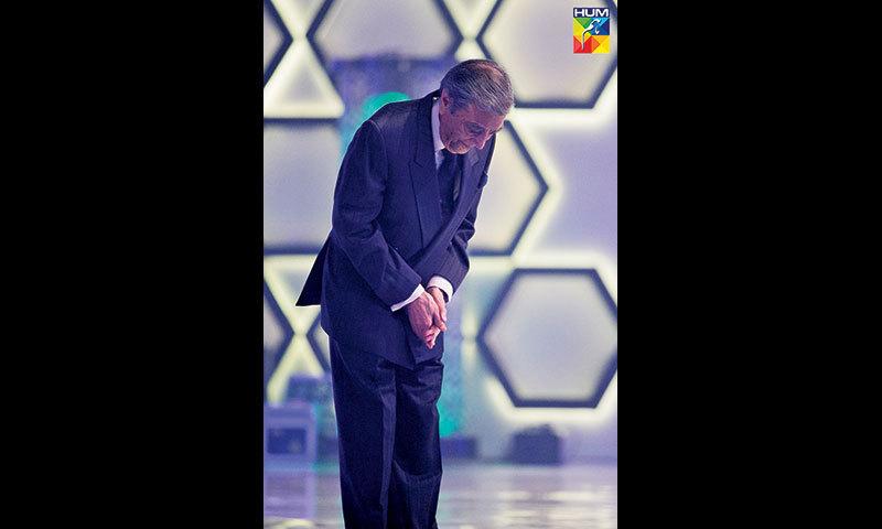 Zia Mohyeddin takes a bow while receiving his Lifetime Achievement Award.