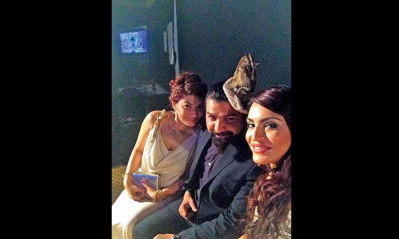Saba Ansari (L),  Ali Xeeshan and Nadia in a backstage shot.