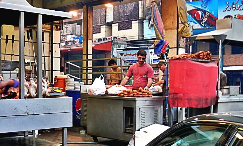 مزے دار حلیم، بریانی، دہلی کی نہاری، دہی بڑے، قورمہ، گولا کباب، حلوہ پوری، مٹھائی، غرض کہ کھانے پینے کی کون سی چیز ہے جو برنس روڈ پر دستیاب نہیں۔ -- فوٹو اختر بلوچ