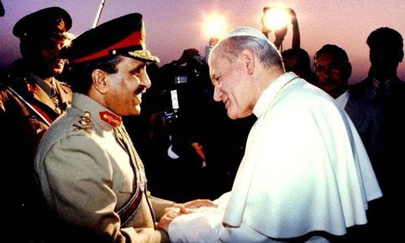 Zia receives the Pope at the Karachi Airport (1981).