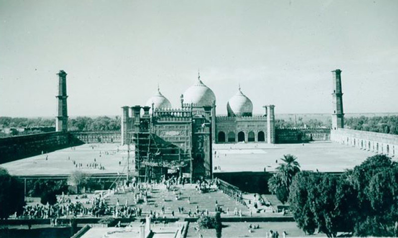 The historic Badshahi Mosque in Lahore being renovated (1964).