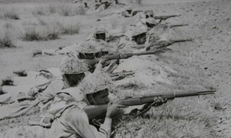 Pakistan soldiers take up position during the 1971 Indo-Pak war.