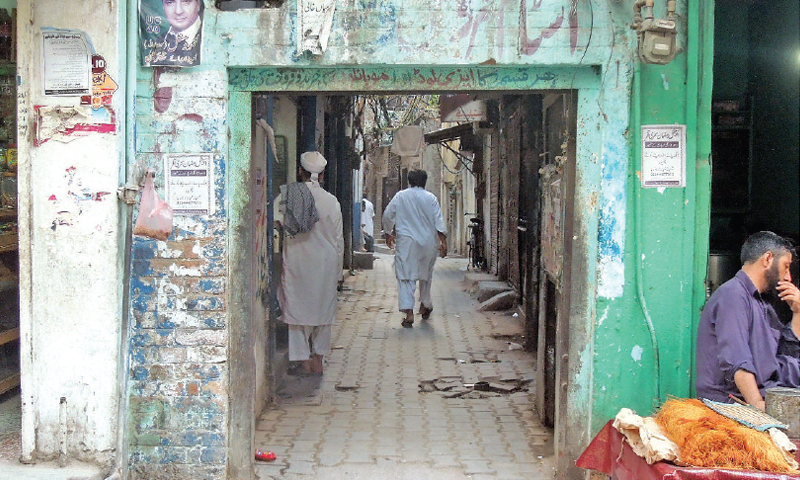 One of the main entrances to the Bhabhar Khana, popularly known today as Bhabhra Bazaar. Iron gates – used by traders in the old days for security purposes – can be seen on some entrances even today.