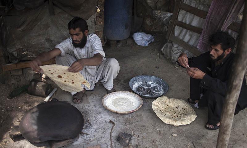اپنی شفٹ ختم ہونے کے بعد پشتون کان کن اپنے لئے روٹی بنا رہے ہیں۔