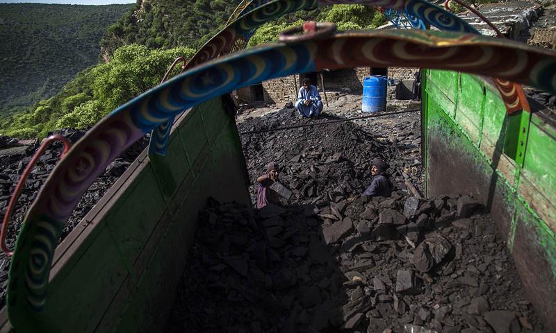 مزدور کان سے نکالا گیا کوئلہ ٹرک پر لوڈ کر رہے ہیں۔
