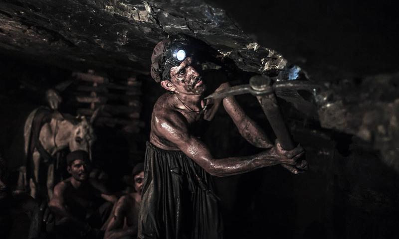 پچیس سالہ محمد اسماعیل کوئلہ نکالے ہوئے۔
