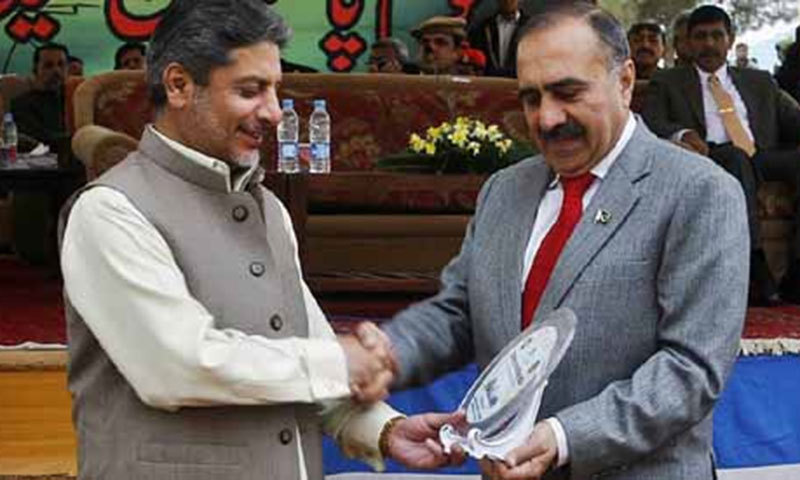 File photo from March 2012 shows Lt-Gen Alam Khan Khattak, then Commander of the Southern Command, presenting a shield to then-Governor Balochistan Nawab Zulfiqar Ali Magsi.—File photo