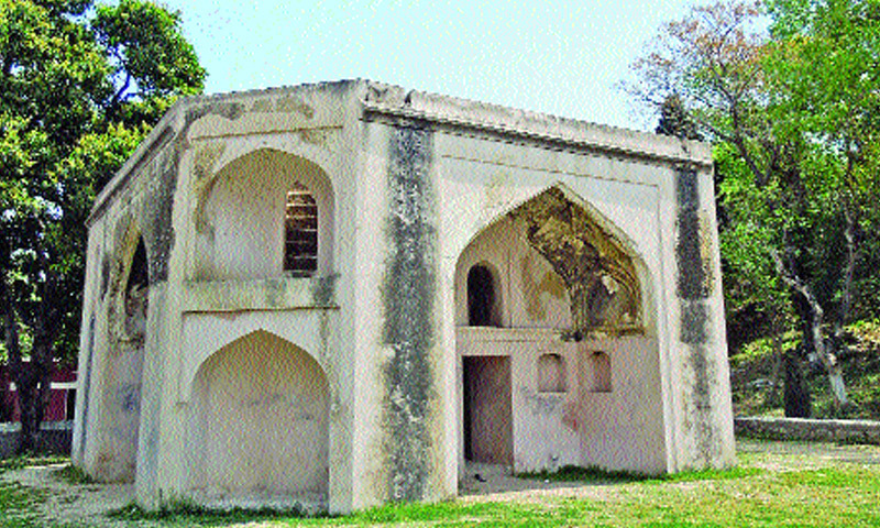 The tomb known as Hakimon ka maqbara or Hakim's Tomb. It is associated with two Mughal royal hakims, Abdul Fateh Gilani and Hamam Gilani. This tomb is an octagonal building, built on artificially raised platform. It has four arched entrances on four cardinal points.