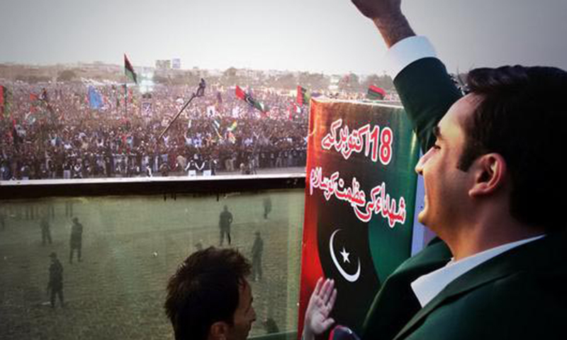 Bilawal Bhutto Zardari waves at a large crowd in Karachi's Bagh-i-Jinnah ground on Saturday. – Photo by Online