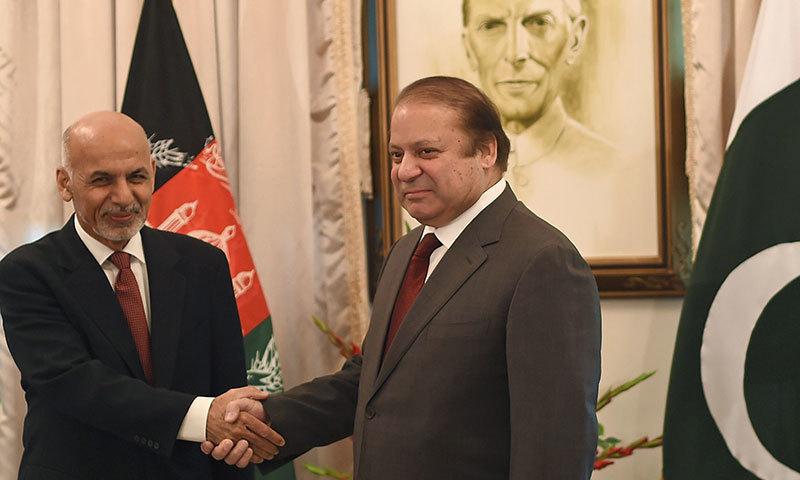 وزیراعظم نواز شریف اور افغان صدر اشرف غنی ہاتھ ملاتے ہوئے—۔فوٹو اے ایف پی