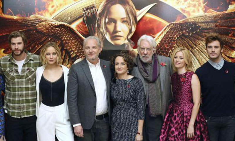 Cast members Liam Hemsworth, Jennifer Lawrence, director Francis Lawrence, producer Nina Jacobson, cast members Donald Sutherland, Elizabeth Banks and Sam Claflin, attend the photocall for 'The Hunger Games: Mockingjay Part 1', in London, November 9, 2014.—Reuters