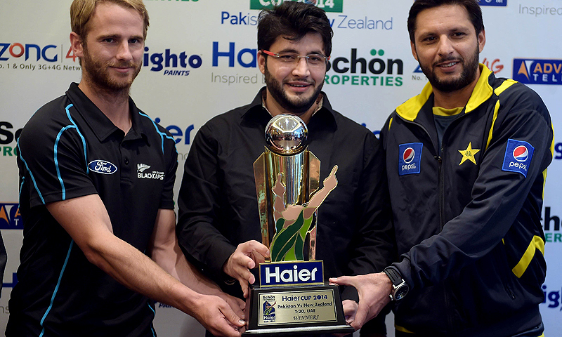 Pakistan's Twenty20 cricket captain Shahid Afridi (R) and his New Zealand counterpart Kane Williamson (L) with the Twenty20 series trophy in Dubai. — AFP