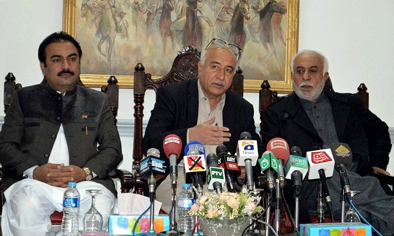 QUETTA: Dr Abdul Malik Baloch, Balochistan Chief Minister addressing a press conference. INP PHOTO by Adnan Ahmed