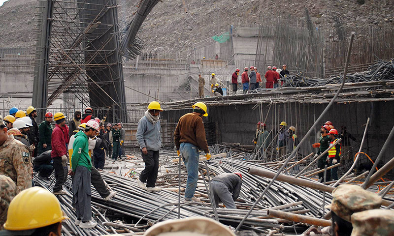 Pakistani workers and Chinese engineers search the site after an accident at the Neelum-Jhelum Hydropower project intake site on December 24, 2014. – AFP