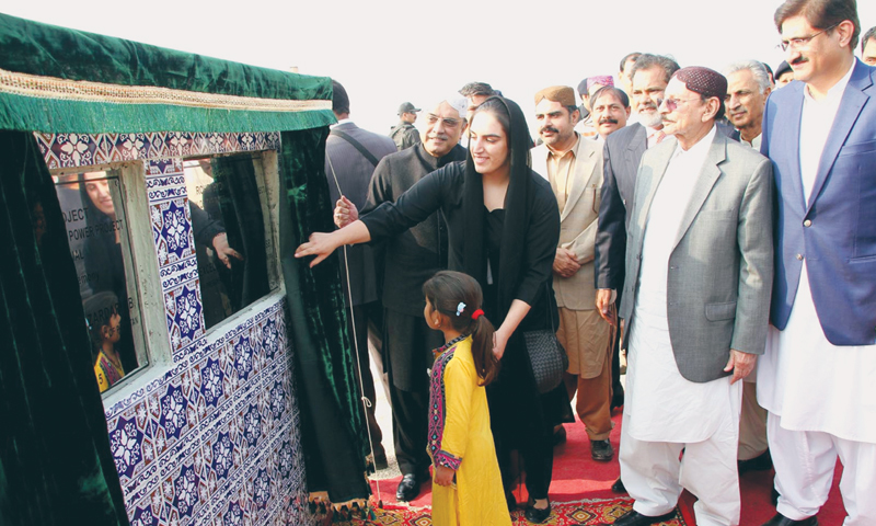 PPP co-chairman Asif Ali Zardari unveils the plaques after laying the foundation stone of two power projects in Rohri on Monday.—INP