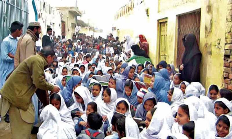 BAHAWALNAGAR: Teachers arrange classes in a street to register their protest. — Dawn