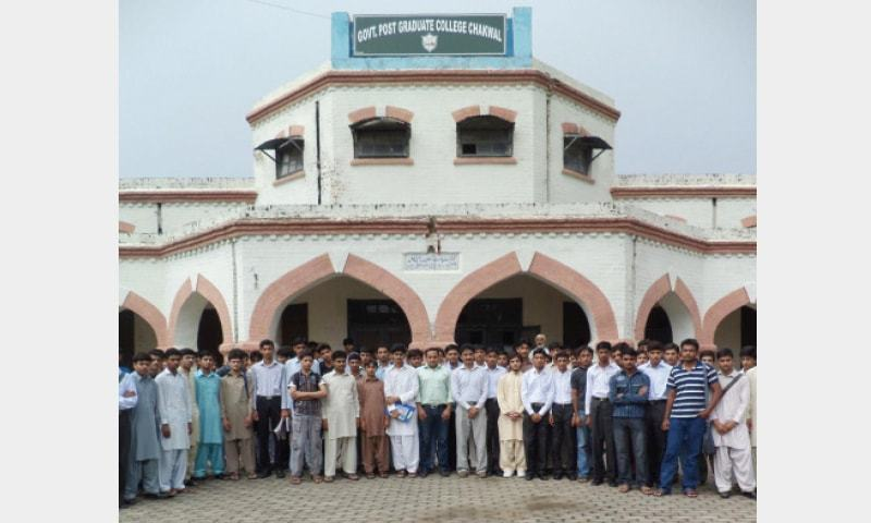 Students along with their teachers pose in front of Government Postgraduate College Chakwal.