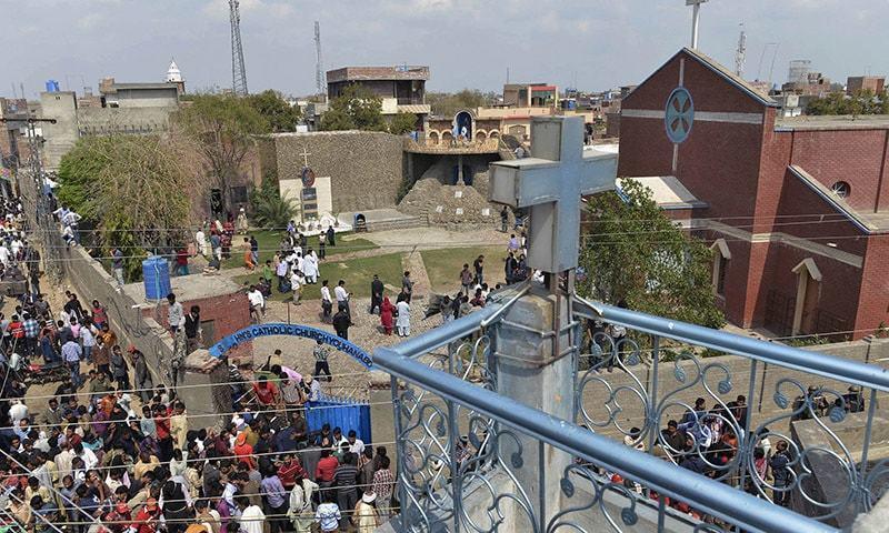 Граждане собираются в передней части церкви после терактов-самоубийств на церкви в Лахоре на 15 марта 2015 года и mdash;  AFP