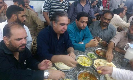 Imran Ismail, along with PTI lawmaker Arif Alvi and dozens of party activists, visited Javaid Nihari in Federal B Area. -Twitter Photo