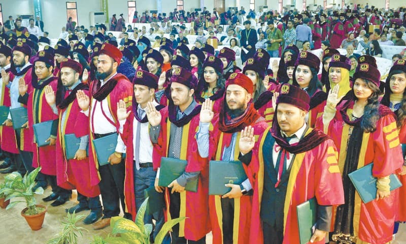 With right hands raised, the medical professionals passing out of the Hamdard University on Saturday take their Hippocratic Oath following the awarding of their degrees.—White Star