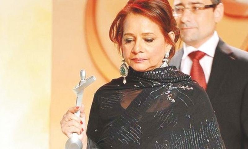 Roohi Bano with her Lifetime Achievement Award at the Lux Style Awards in 2011. — File